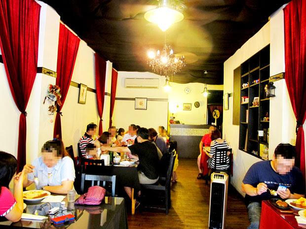 店裡的位置真的很少...大概18個位置-異鄉人咖哩日本食堂