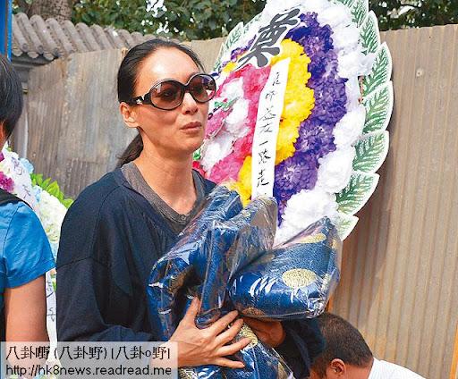 6/10八寶山火葬 <br><br>上周六( 6日)惠英紅在北京八寶山火葬場,準備了多套棉襖,燒俾亡兄,她邊燒衣邊叫:「賜哥,收嘢呀!」