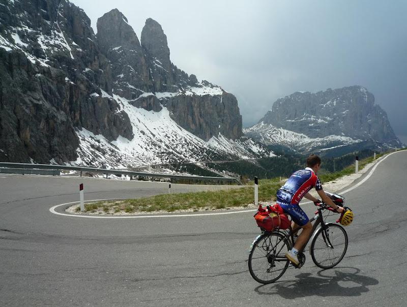 """Passo Gardena hágóút , havas Sella tömb, háttérben a Sassolungo / bicycle tour / fahrrad tour"""" title="""