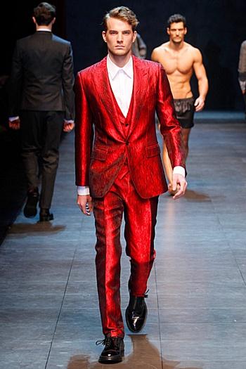 Raudonas Dolce&Gabbana kostiumas