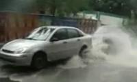 انفجار ماسورة مياة تحت سيارة