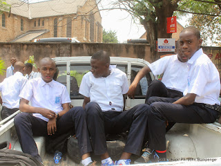 Des élèves retardataires attendent l'heure de la fin des cours le long de la clôture de leur école lors de la rentrée scolaire le 08/09/2014 de Kinshasa. Radio Okapi/Ph. John Bompengo
