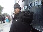 Mujer aymara frente a la policia