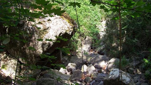 Passage de ruisseau toujours délicat dans cette jungle