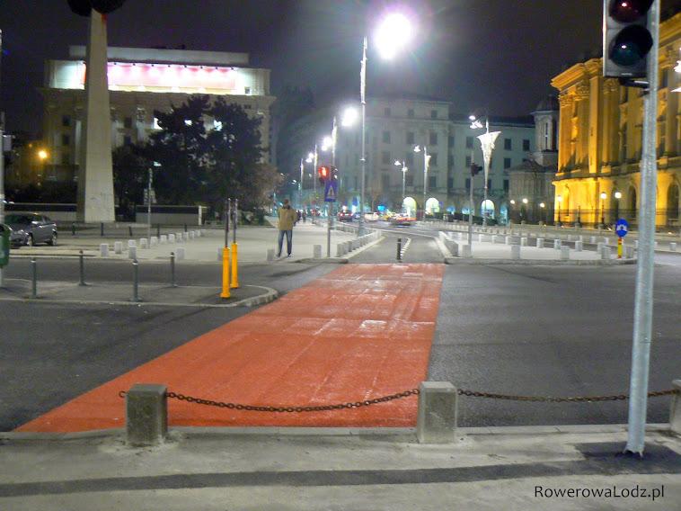 Na zakończenie drogi dla rowerów śluza umożliwiająca wjazd na jezdnię. Ma być kontynuacja.