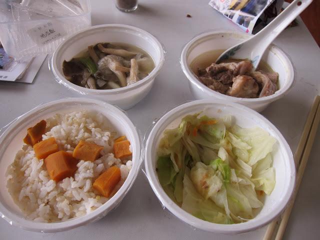 地瓜飯、蔥燒袖珍菇(含大蒜)、老薑燉排骨、紅蘿高麗菜