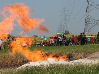 Aumur Bor Keluarkan Gas Mudah terbakar