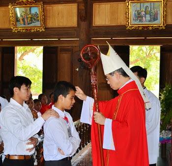 Giáo xứ Khiết Kỷ-106 em hân hoan lãnh nhận Bí tích Thêm Sức