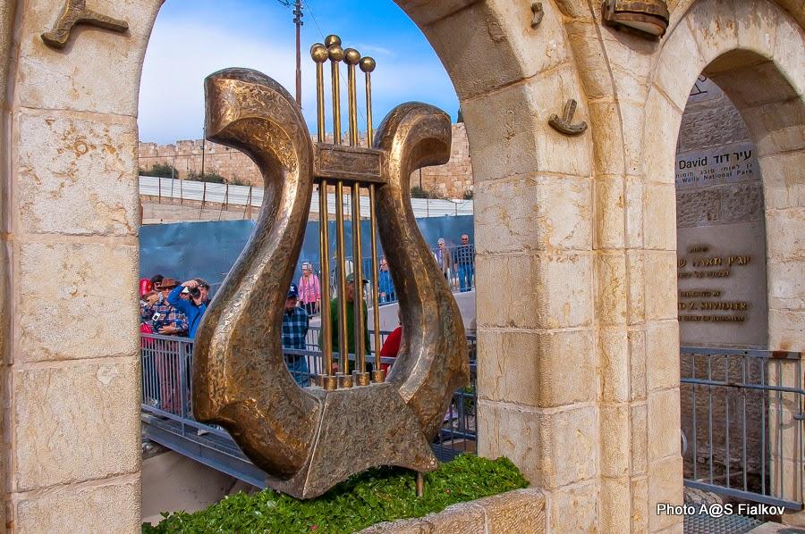 Город Давида в Иерусалиме. Лира царя Давида на входе.