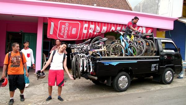 Sepeda dinaikkan kembali ke mobil dan kami siap untuk pulang menuju Kota Malang.