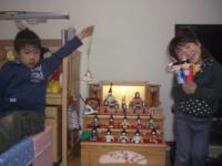 ひな人形と子どもたち