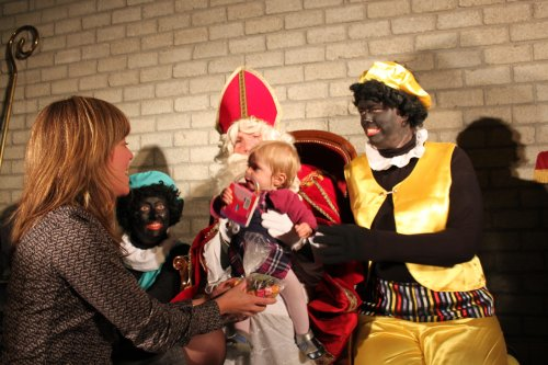 Jaja, ieder krijgt een cadeautje van Piet en mag even op de schoot van de Sint.