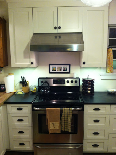 Symmetrical cabinets on either side of the stove
