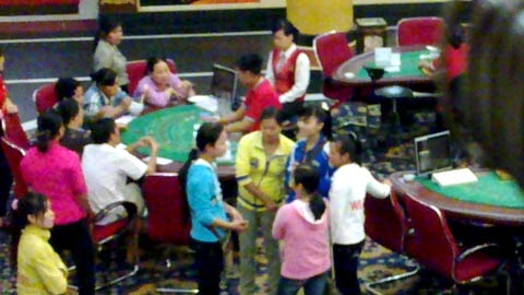 Viet+gamblers+in+Bavet+casino+01+%2528VN+net+bridge%2529.jpg