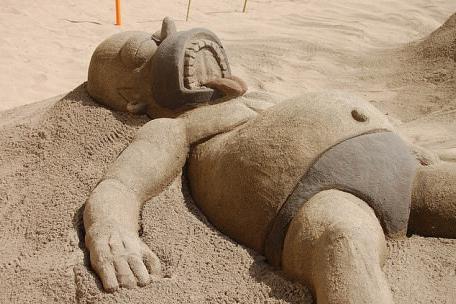 Гомер из песка на песке