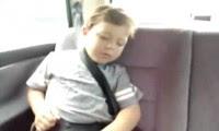 طفل يعشق الموسيقي
