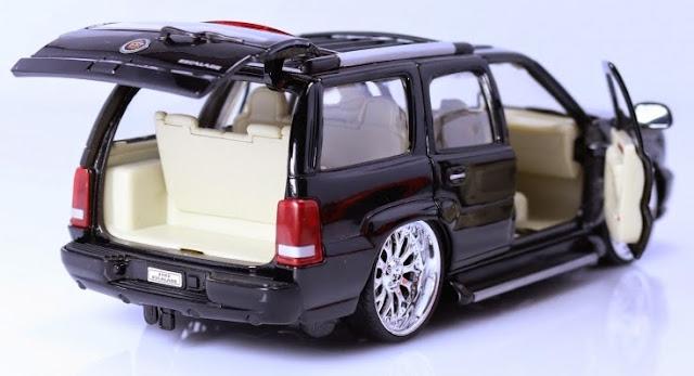 Mô hình 2002 Cadillac Escalade tỷ lệ 1/24 mở được 2 cánh cửa trước và cửa hậu