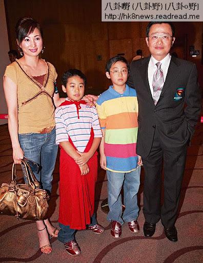 06年仍然以家庭為重的羅霖,以師奶打扮跟劉坤銘帶住兒子出席活動。