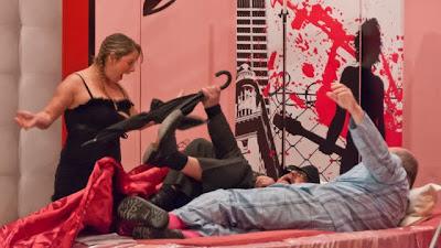 Das Au-Pair-Maidli Greta (Géraldine Schertzer) entdeckt den Dekoratur Gérard (Denis Bixel) im Bett mit Ghislaines Liebhaber Charles-Edouard (Claude Schertzer).
