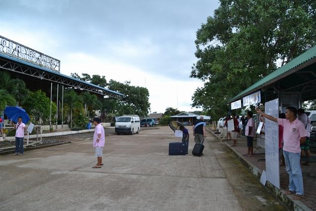 ブスアンガ空港正面 - 左が空港側で右がバンの待機所