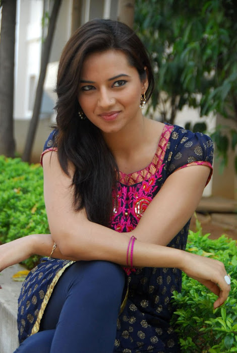 isha chawla in chudithar hot images