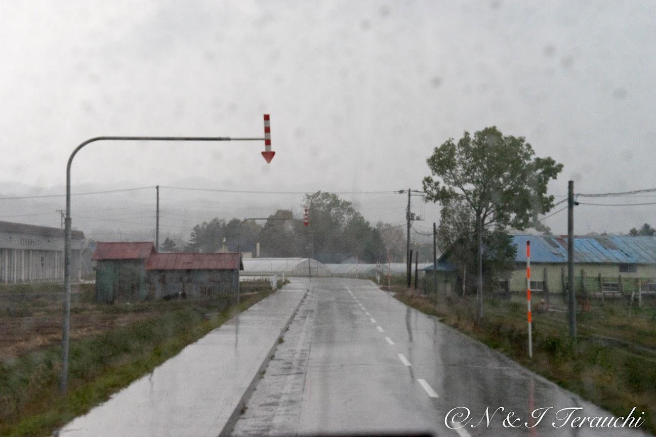 雨の降る中、樺戸博物館へと向かうバスの中から。。。