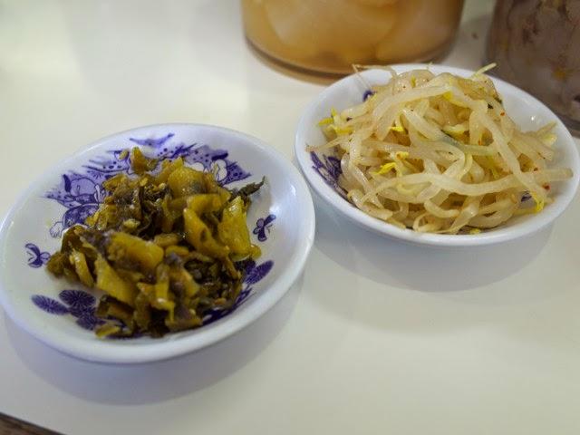 高菜の漬け物とモヤシのナムルっぽいの