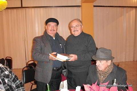 Salvador Treviño recibiendo libros de parte de Mario Elizondo Montalvo