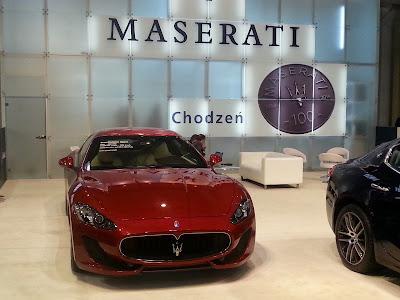Zdjęcie przestwania luksusowy samochód Maserati wystawiany przez firmę Chodzen