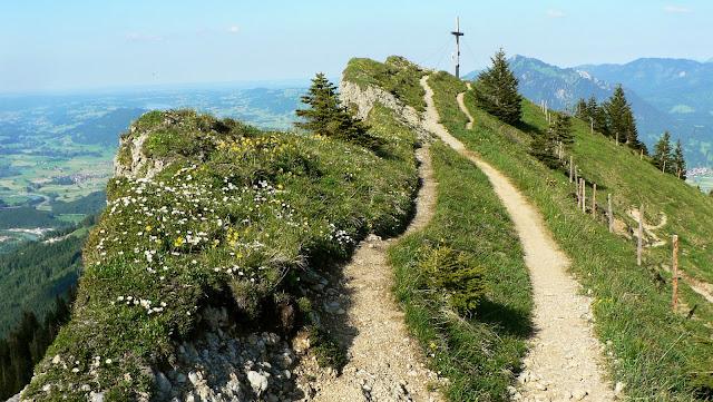 Blick auf Gipfelkreuz Grünten Illertal Steineberg Allgäu