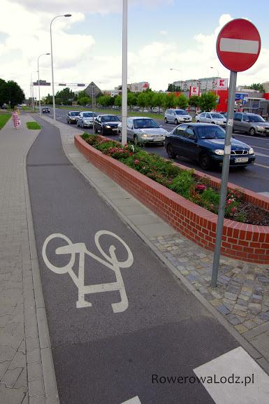 Wąska bo jednokierunkowa droga dla rowerów. Ale żeby nie było wątpliwości znak zakazu wjazdu o odpowiedniej dla rowerówki wielkości MINI.