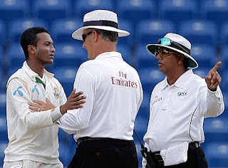 umpires Tony Hill and Asoka de Silva