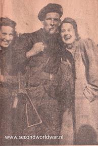 Geallieerde soldaat met stengun en Twents meisje