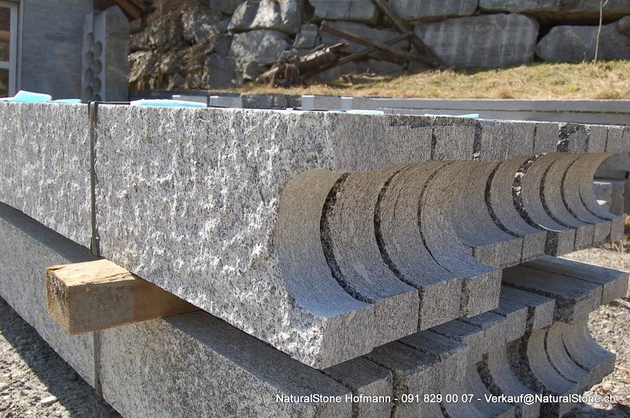 Pergola Pfosten Tessiner Gestein mit Kerbe für Kastanienholz Auflage