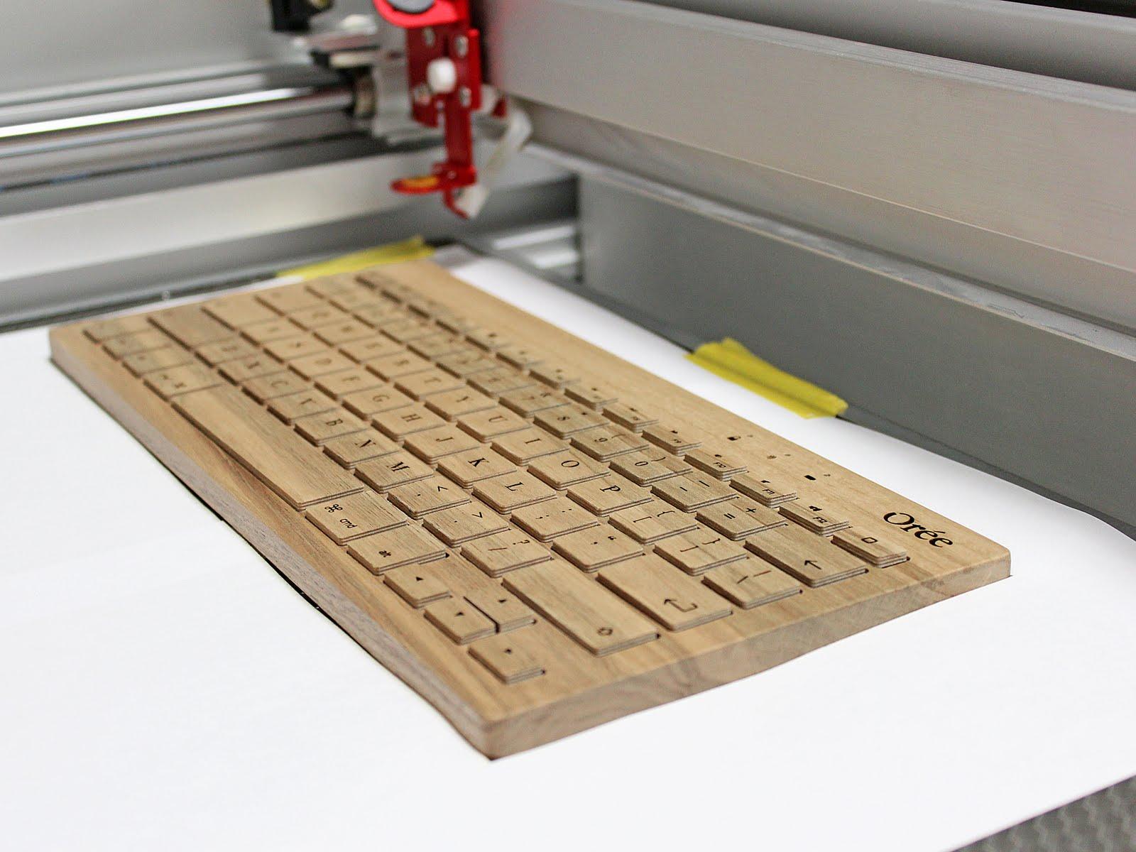 Oreeキーボードのレーザー彫刻様子
