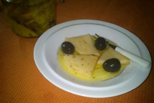 Queso en aceite de oliva al romero