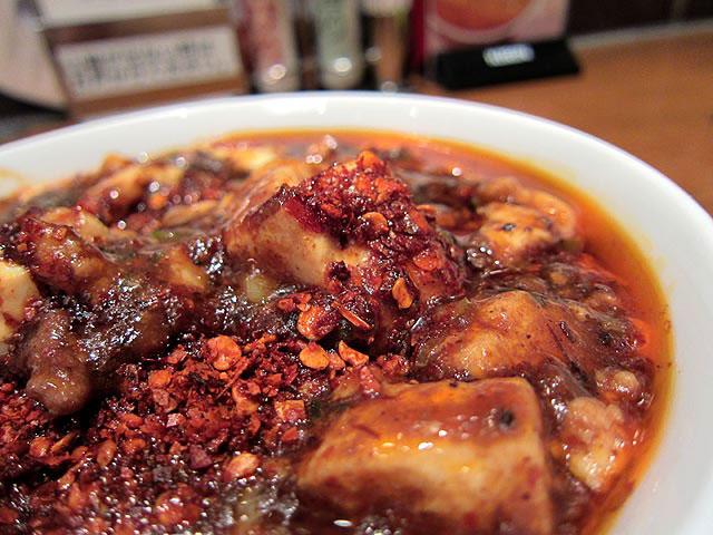 麻婆豆腐の上には唐辛子や花椒がたっぷりとのっています
