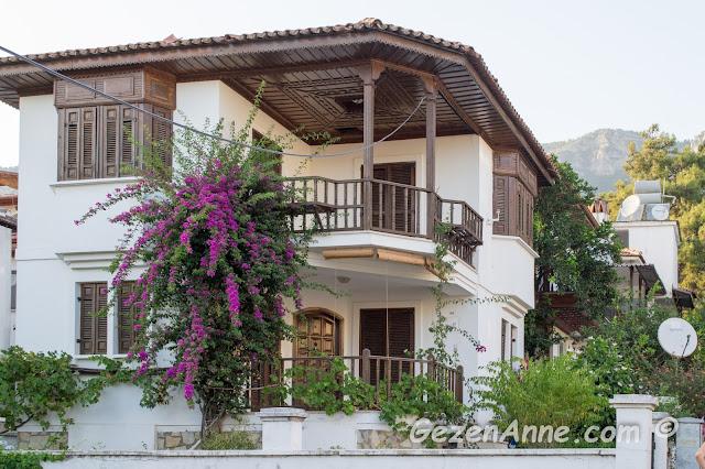 ahşap süslemeleri dikkat çeken güzel mimarili bir Akyaka evi