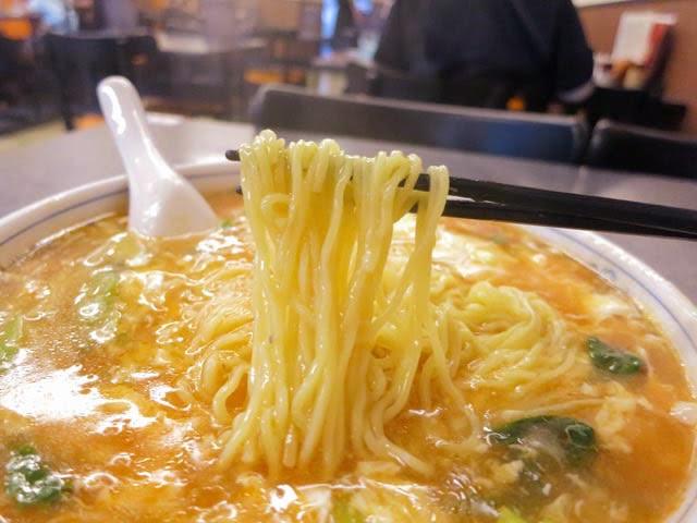 麺は細麺で、こちらもトロミのスープに閉じ込められアツアツ