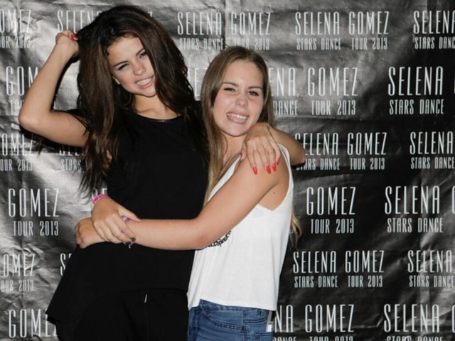 Gang gomez official meet greet of frankfurt 1409 a fan gave a necklace to selena during the meet greet it means selena m4hsunfo