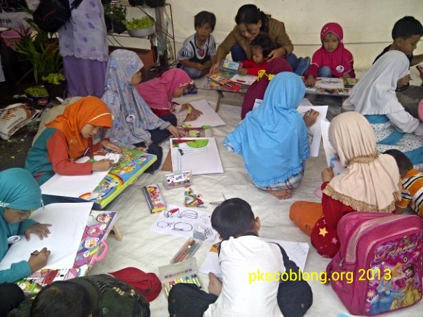 Pojok Anak diramaikan dengan kegiatan menggambar