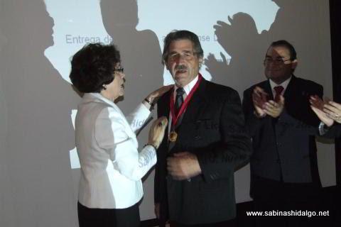 Entrega de medalla a Don Juan Morales Garza