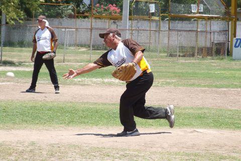 Julián Santos de HIpertensos en el softbol de segunda fuerza