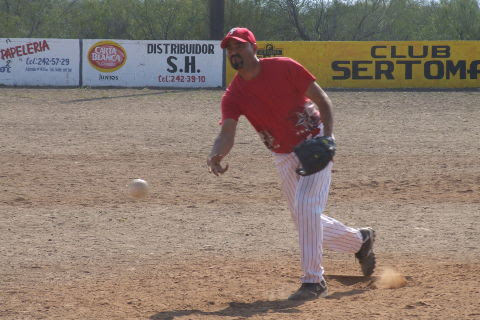 David García de Cerveceros en el torneo de softbol del Club Sertoma