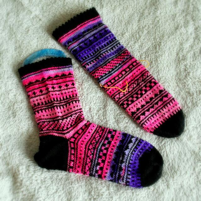 Toisessa sukassa jo kantapää, toinen vielä odottaa