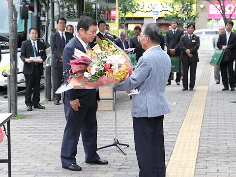 大阪バス「東京特急ニュースター号」開業式 花束贈呈(その1)