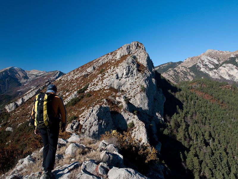 Al final de la carena ja es veu la Roca Tallada