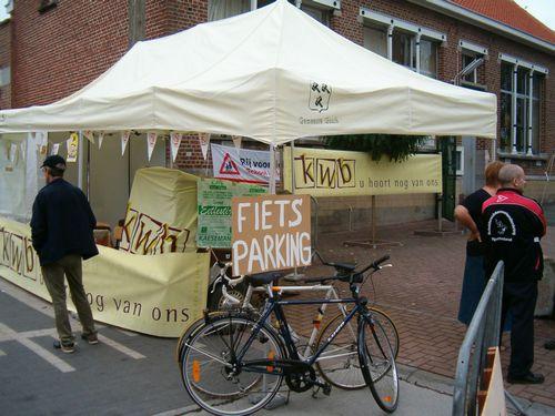 Ons standje is klaar, laat de markt maar beginnen en de fietsers afkomen.