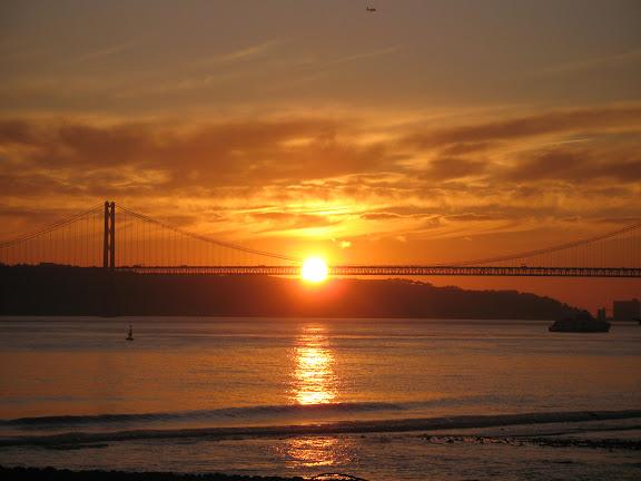 Desembocadura del Tajo. Puente 25 de Abril en Lisboa.