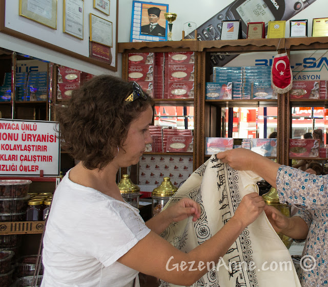 Kastamonu'da yöresel desenli masa örtüleri seçerken